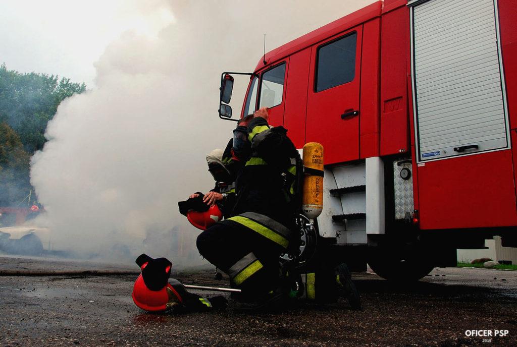 strazacy dym maski samochod 1 1024x688 - Strażak – zawód czy pasja?