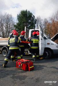 strazacy wypadek samochodu ratunek poszkodowany 202x300 - Strażak – zawód czy pasja?